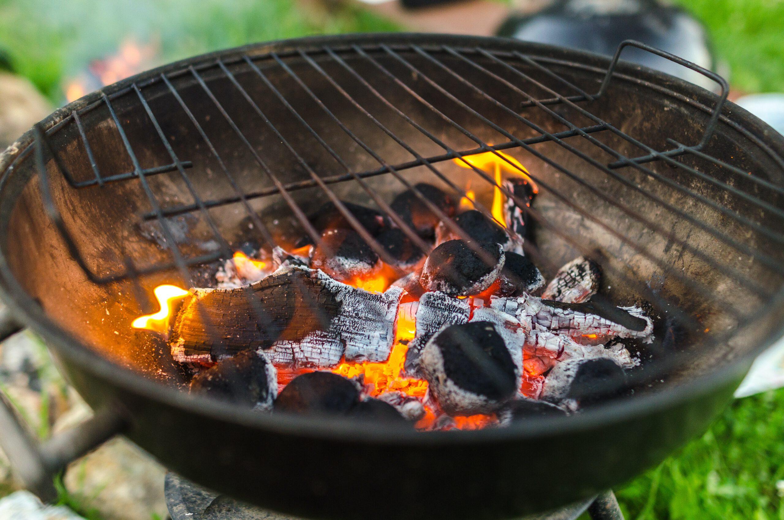 Grill mit heißer Kohle und Grillgitter obendrauf